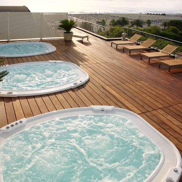 Piscine idromassaggio sul roof garden dell'Hotel Cristallo di Giulianova
