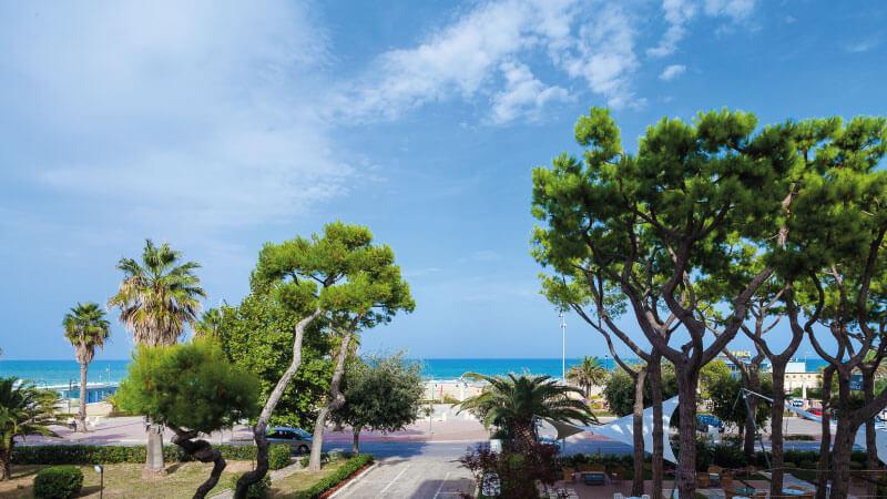 Il giardino dell'Hotel Cristallo fronte mare a Giulianova località balneare